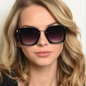 Accessories - 🆕 NWT oversized black UV protection sunglasses.